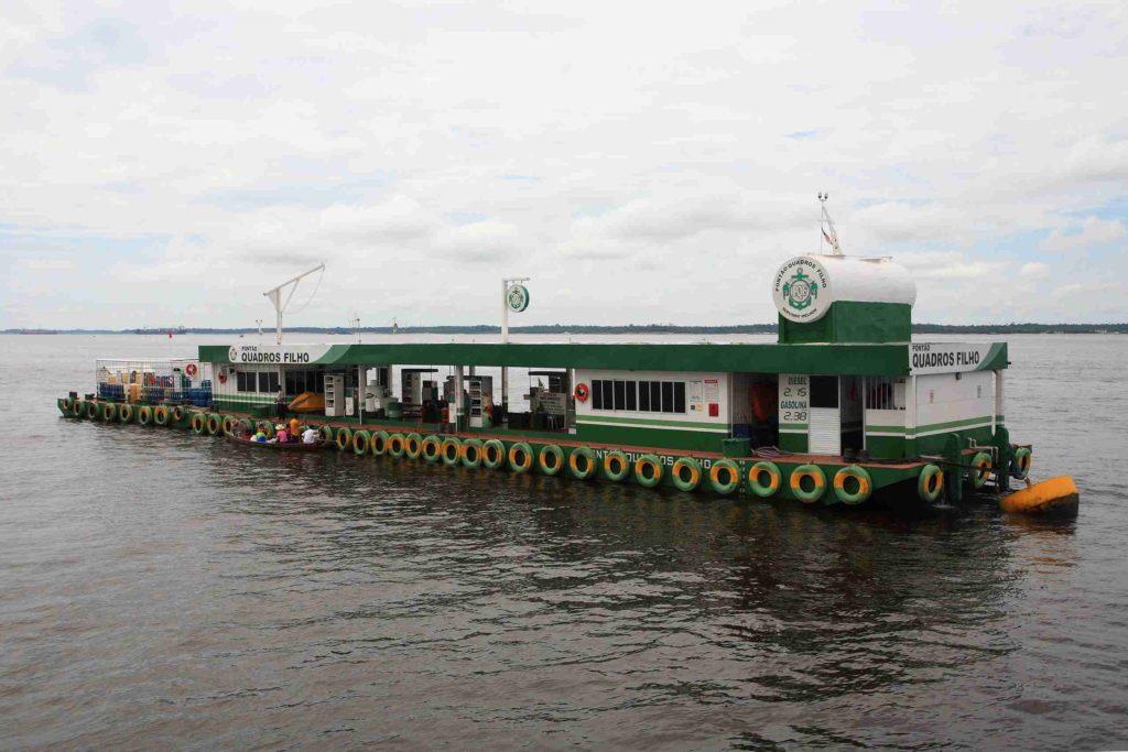 плавающая АЗС на реке Амазонка