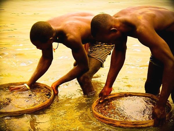 Добыча алмазов на реке в Африке . Юар