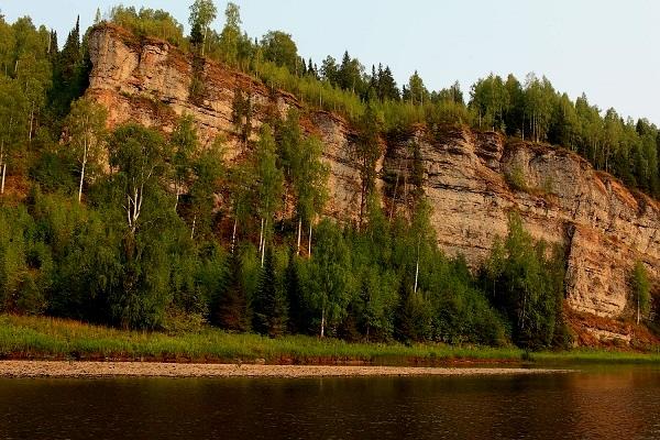 Скала навислый камень на речке Усьва